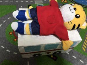救急車で運ばれるしまじろう